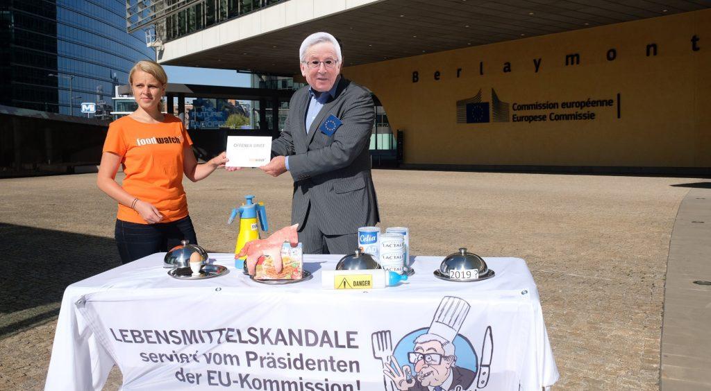 foodwatch-Aktivisten überreichten den Offenen Brief in Brüssel und protestierten vor dem Gebäude der EU-Kommission