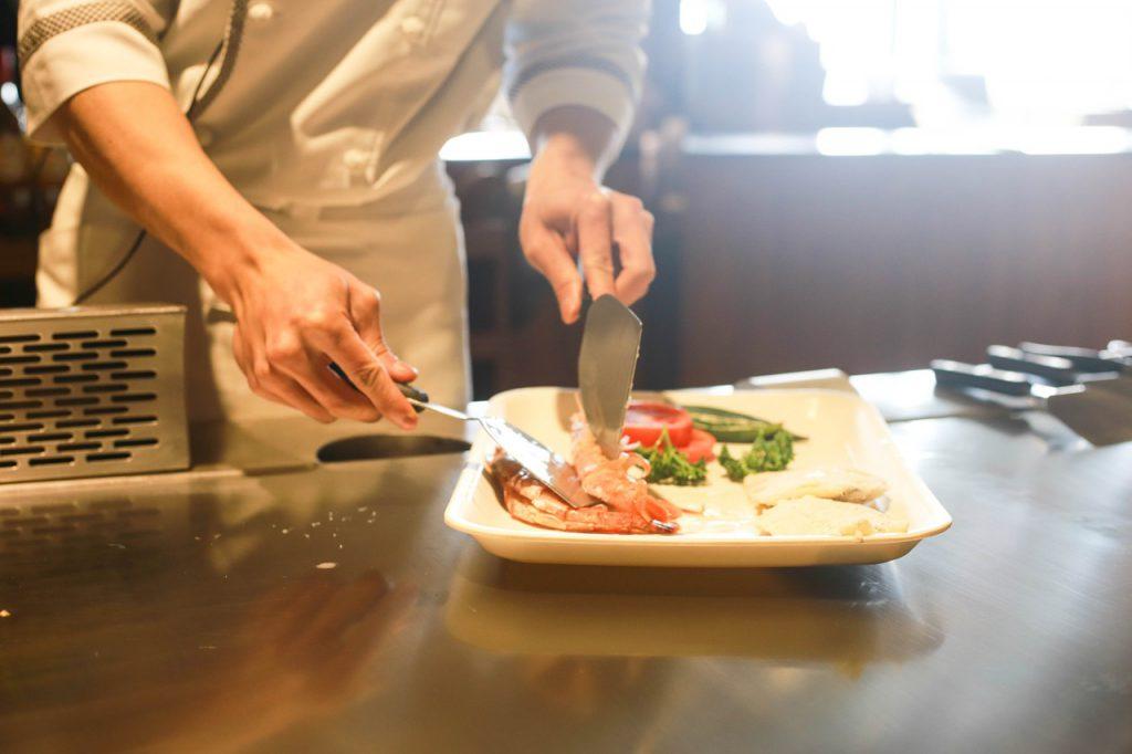 Symbolabbildung: Mitnahme nicht verzehrter Speisen im Restaurant