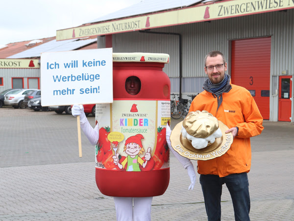 Windbeutel-Übergabe an Zwergenwiese - Bild: foodwatch e.V.
