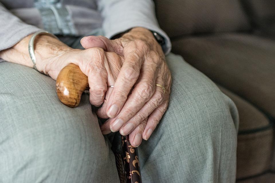 Im Alter stehen vielen Menschen diverse Leistungen der Kranken- und Pflegekassen zu.